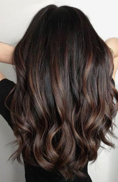 μαύρα μαλλιά σοκολατί ανταύγειες