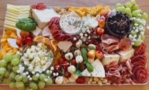 πιάτο με φρούτα και τυριά