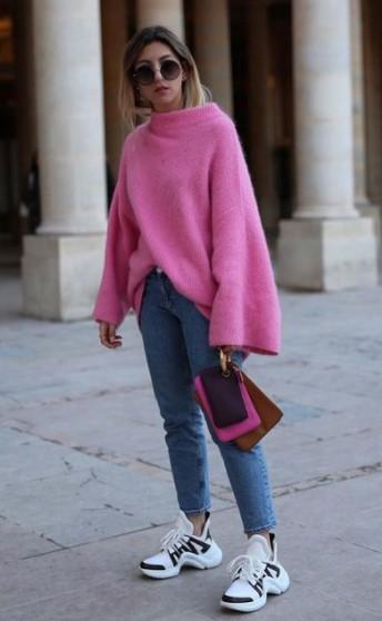 ροζ πουλόβερ άσπρα sneakers κομμάτια χειμερινές εκπτώσεις