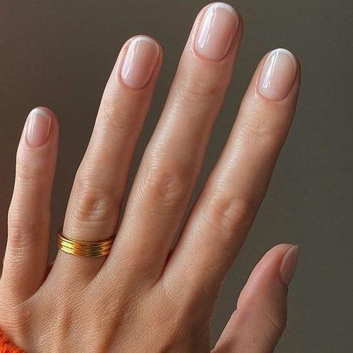 στρογγυλεμένα νύχια γαλλικό μανικιούρ