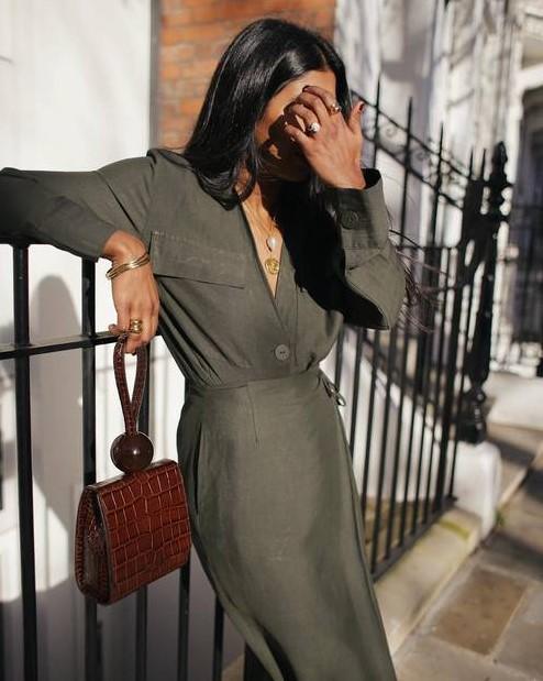 χακί φόρεμα καφέ τσάντα χρυσά αξεσουάρ