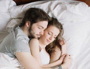 ζευγάρι που κοιμάται αγκαλιά