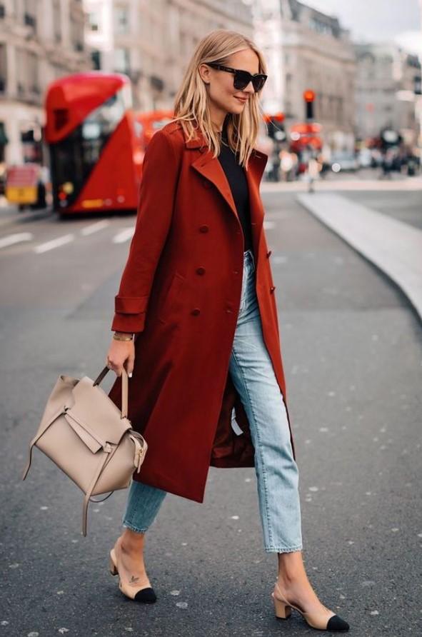 απλό ντύσιμο με γυναικείο παλτό