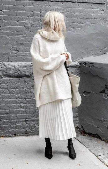 άσπρη φούστα άσπρο πουλόβερ