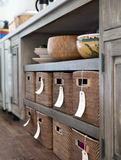κουτια σε ραφια κουζινας