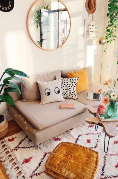 boho σαλόνι καθρέπτης τοίχο πίσω από τον καναπέ