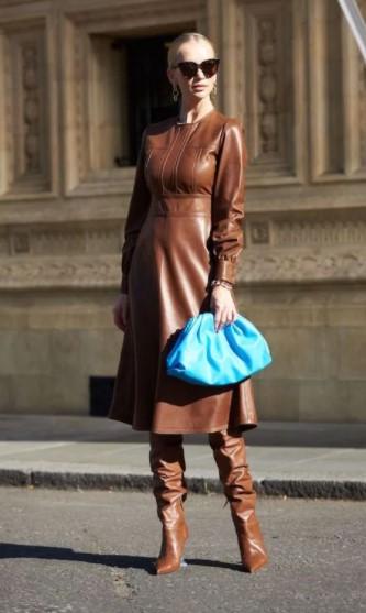 δερμάτινο μπεζ φόρεμα γαλάζια τσάντα