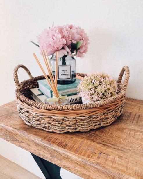 δίσκος βιβλία λουλούδια διακόσμηση λουλούδια σαλόνι