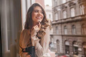 χαρούμενη γυναίκα πίνει καφέ