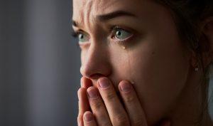 θλιμμένη γυναίκα κλαίει για να ξεπεράσει χωρισμό