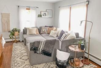 γκρι καναπές λευκή κουρτίνα