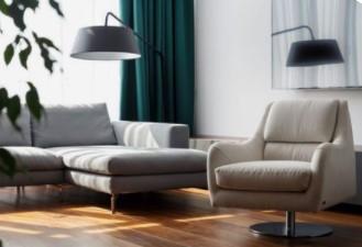 γκρι καναπές με πετρόλ κουρτίνα