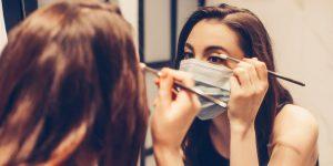 γυναίκα βάφει μάτια μάσκα μάσκα σπυράκια