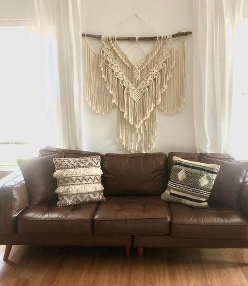 καφέ δερμάτινος καναπές μακραμέ διακοσμητικό