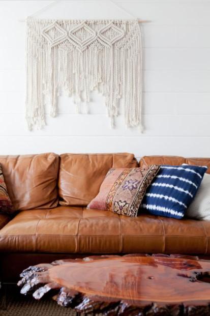 καφέ καναπές μακραμέ τοίχου