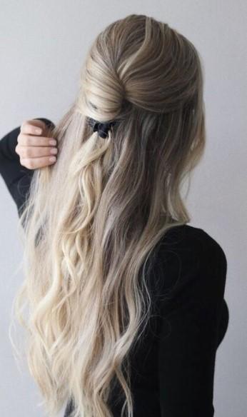 χτένισμα με σπαστά μαλλιά και μια τούφα προς τα πίσω με κλάμερ