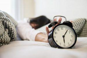 γυναίκα κλείνει ξυπνητήρι