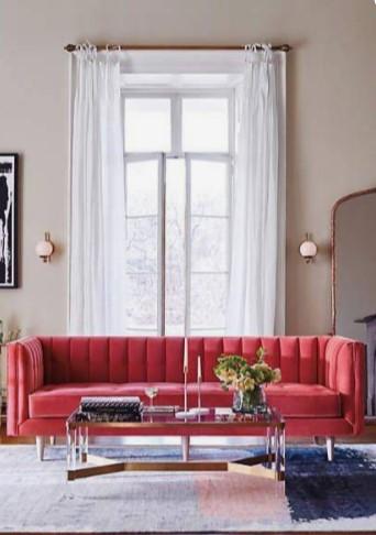 κόκκινος καναπές άσπρη κουρτίνα