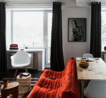 κόκκινος καναπές με μαύρη κουρτίνα