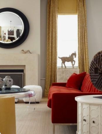 κόκκινος καναπές χρυσή λεπτομέρεια