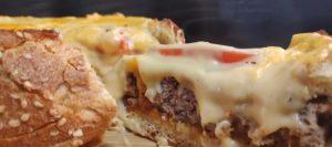 κομμάτι από καρβέλι cheeseburger