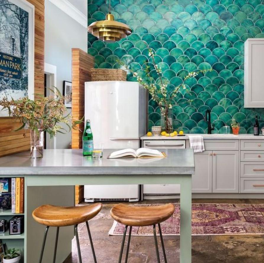 κουζίνα με πράσινο τοίχο