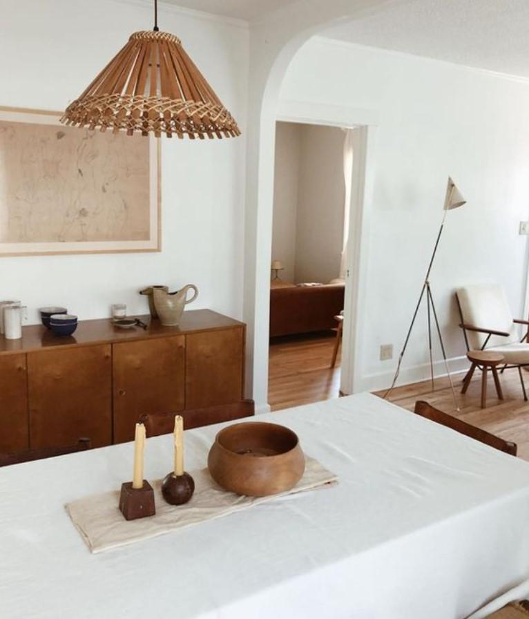 λευκή κουζίνα με ξύλινα έπιπλα
