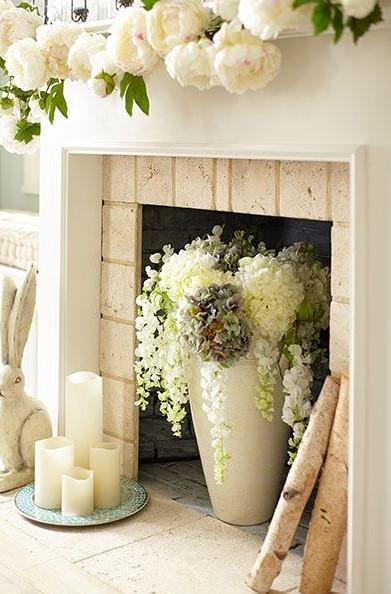 λουλούδια πάνω και μέσα τζάκι