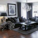 μαύρος καναπές με μαύρη κουρτίνα
