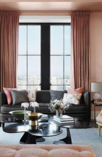 μαύρος καναπές ροζ κουρτίνα