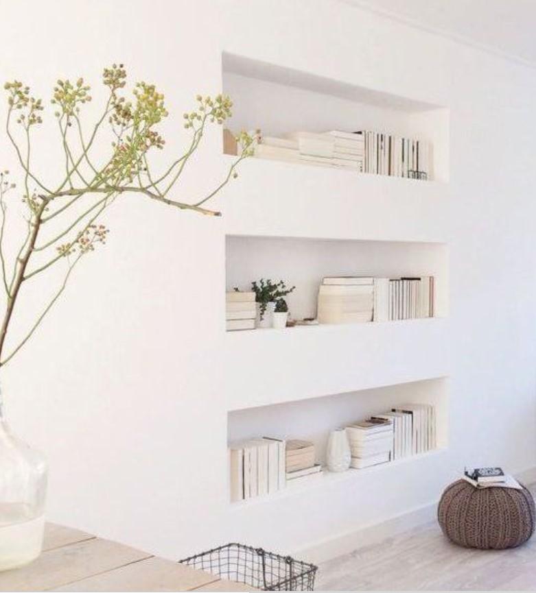 μίνιμαλ άσπρα βιβλία και φυτό