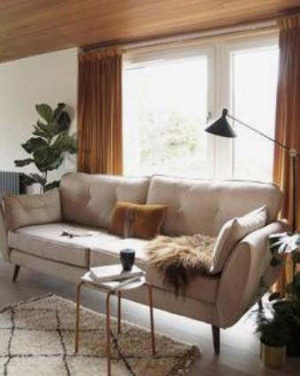 μπεζ καναπές με καφέ κουρτίνα
