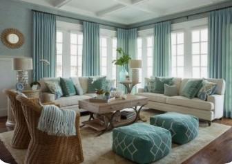 μπεζ καναπές με κουρτίνα στο χρώμα μέντας