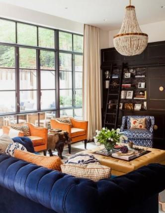 μπλε καναπές με μπεζ κουρτίνα