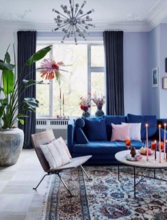 μπλε καναπές με σκούρη γκρι κουρτίνα