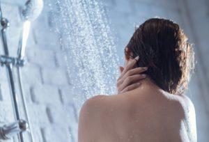 γυναίκα κάνει ντουζ