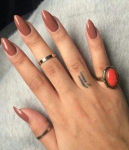 νύχια σε καφέ χρώμα