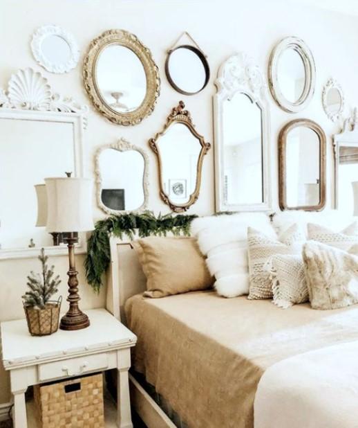 πολλοί καθρέπτες τοίχο κρεβάτι