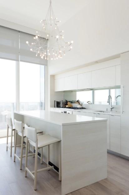 λευκή κουζίνα εντυπωσιακό φωτιστικό