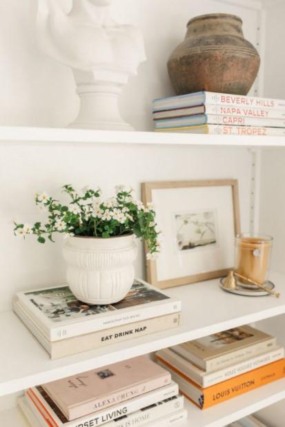ράφια βιβλία λουλούδια