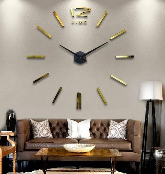 ρολόι τοίχου χρυσό τοίχο πίσω από τον καναπέ