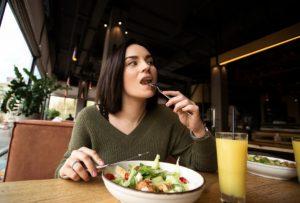 γυναίκα που μασάει αργά τροφή
