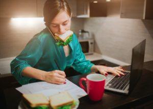 γυναικα τρώει μιλώντας κινητό με υπολογιστή