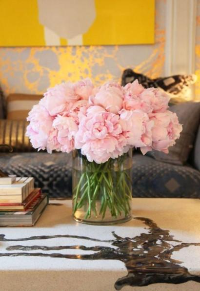 βάζο ροζ παιώνιες διακόσμηση λουλούδια σαλόνι