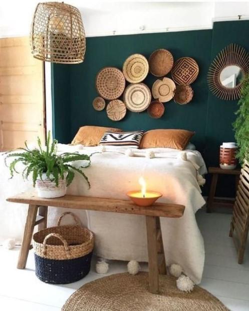υπνοδωμάτιο πράσινος τοίχος καλάθια διακοσμητικά τοίχο