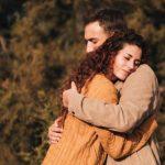 άντρας αγκαλιάζει ελαττώματα γυναίκας δε θα σε αφήσει