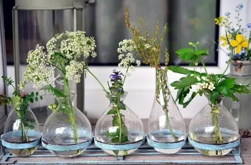 βάζα με διαφορετικά λουλούδια μικρό μπαλκόνι
