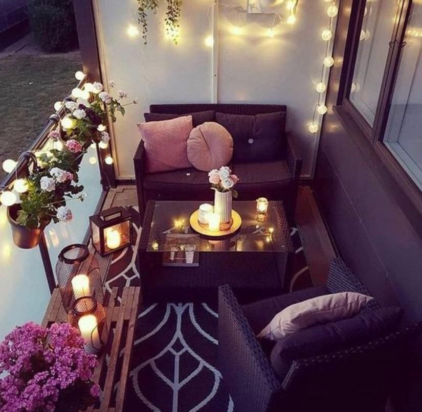 μικρό μπαλκόνι λουλούδια ζαρτινιέρες