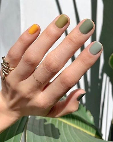 gradient νύχια πράσινα μανικιούρ κοντά νύχια