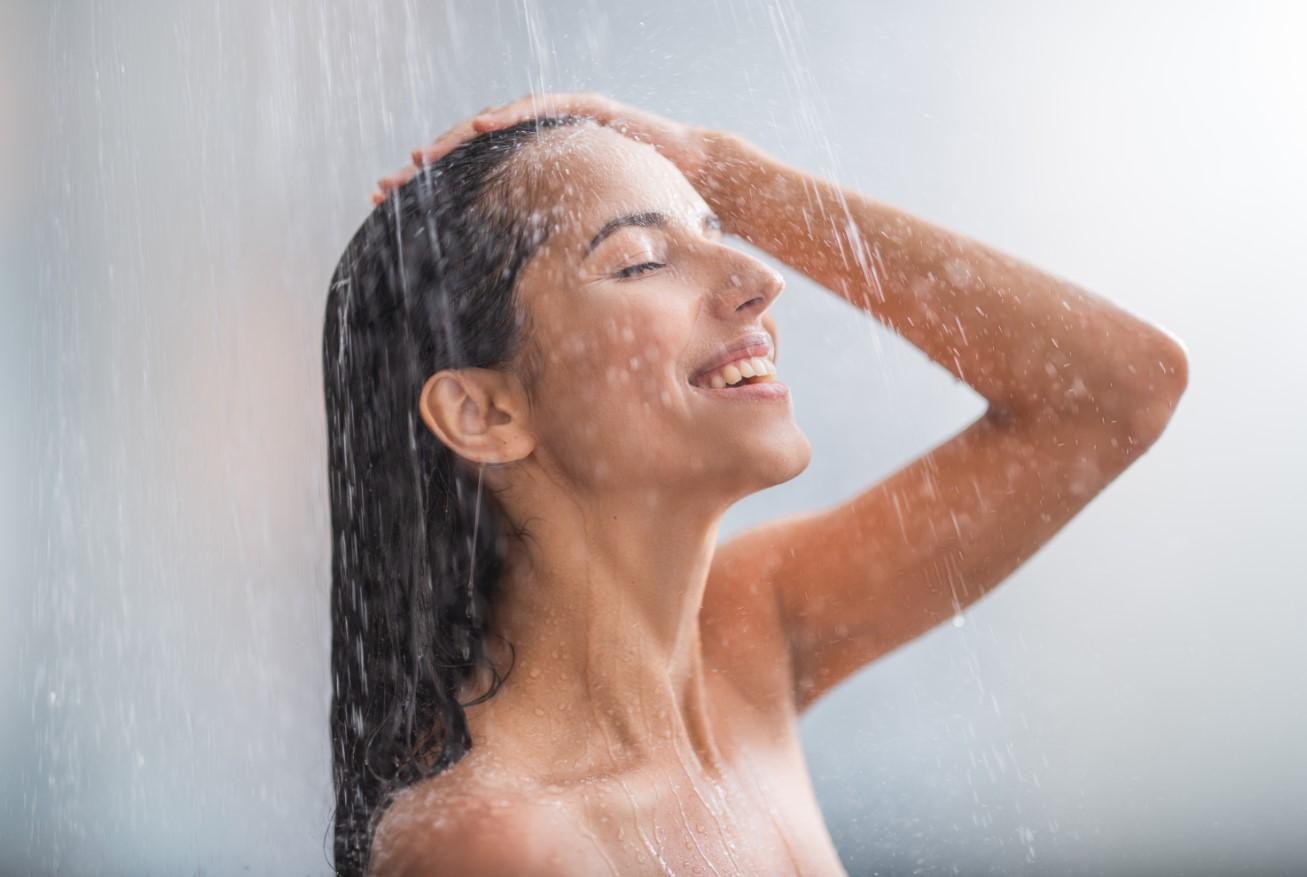 γυναίκα που λούζει τα μαλλιά της
